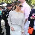 Kim Kardashian, ultrasexy à West Hollywood, accessoirise sa tenue de lunettes Céline, d'un sac Hermès et de sandales Giuseppe Zanotti. Le 11 janvier 2014.
