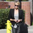 Charlize Theron à Los Angeles, porte un blazer Helmut Lang (collection automne-hiver 2013) sur un top gris, un pantalon en cuir, un sac en cuir tressé Bottega Veneta et des baskets Nike. Le 14 janvier 2014.