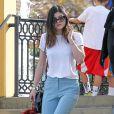 Kylie Jenner quitte un restaurant à Calabasas, habillée d'un t-shirt blanc, d'un pantalon Topshop, d'un sac Chanel et de sandales Gianvito Rossi. La jeune star de télé-réalité tient un porte-clé Fendi (collection Bag Bugs) à la main. Le 11 janvier 2014.