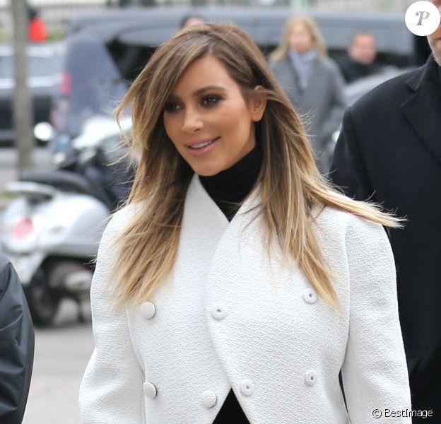 Kim Kardashian, radieuse à Paris, visite l'expo ALAÏA en compagnie du créateur Azzedine Alaïa et de son amie Afef Jnifen. Paris, le 21 janvier 2014.