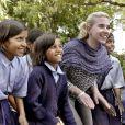 Scarlett Johansson avec des écolières lors d'un événement organisé par Oxfam dans le nord de l'Inde le 28 février 2007