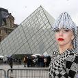Lady Gaga pose devant la Pyramide du musée du Louvre à Paris, le 20 janvier 2014.