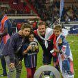 David Beckham entouré de ses enfants Brooklyn, Romeo et Cruz, le 18 mai 2013 au Parc des Princes à Paris