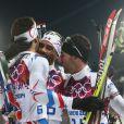 Martin Fourcade félicité par son frère Simon Fourcade et Jean-Guillaume Béatrix après avoir décroché l'or olympique lors de la poursuite en biathlon, offrant à la France sa première médaille d'or, le 10 février 2014 à Sotchi