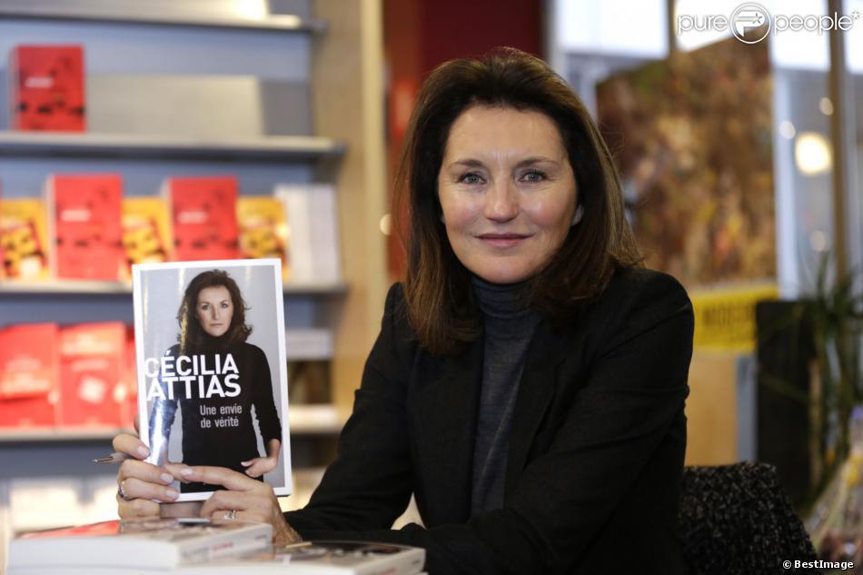 """Cécilia Attias présente son livre """"Une Envie de Vérité"""" lors d'une séance de dédicaces à la librairie Filigrannes à Bruxelles en Belgique le 6 décembre 2013."""