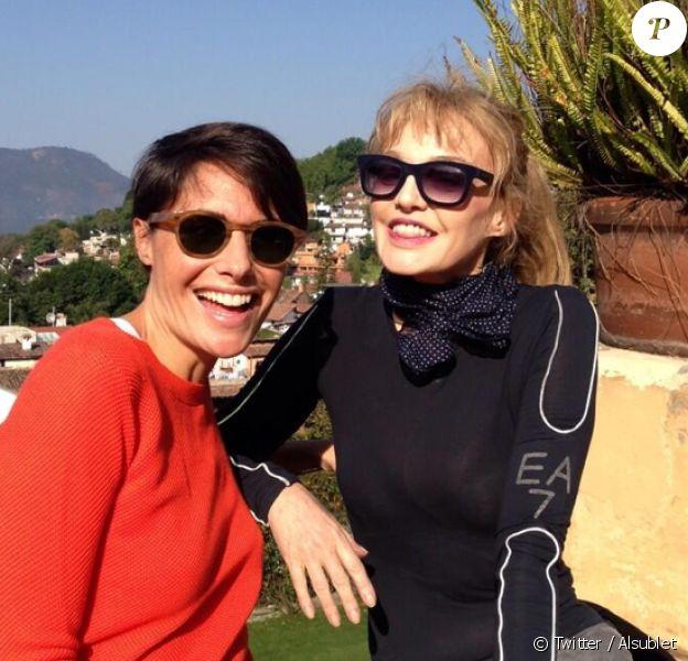 """Alessandra Sublet sur le tournage du troisième numéro de """"Fais-moi une place"""" avec Arielle Dombasle. Février 2014."""