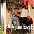 """Journée shopping pour deux modeuses ! La chanteuse Ciara enceinte et Kim Kardashian font du shopping dans la boutique """"Bel Bambini"""" à West Hollywood, le 12 février 2014."""