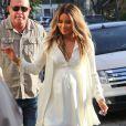 """La chanteuse Ciara enceinte et Kim Kardashian font du shopping dans la boutique """"Bel Bambini"""" à West Hollywood, le 12 février 2014."""