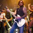 Billy Ray Cyrus se la joue provoc' dans le clip Achy Breaky, avec le rappeur Buck 22, dévoilé le 11 février 2014.