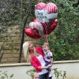 L'actrice Tori Spelling et de deux ses enfants, prêts pour la Saint Valentin, à Los Angeles, le 13 février 2014.