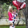 Tori Spelling et de deux ses enfants, prêts pour la Saint Valentin, à Los Angeles, le 13 février 2014.