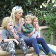 Tori Spelling et ses enfants Liam McDermott, Stella McDermott et Finn McDermott à Thousand Oaks, Los Angeles, le 14 janvier 2014.