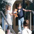 Exclusif - Les enfants de Jennifer Lopez, Max et Emme Muniz, s'amusent avec des amis lors de leur visite à la bibliothèque de Calabasas, Le 21 février 2014.