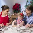Atelier pâtisserie pour la princesse Estelle de Suède, fille de la princesse Victoria et du prince Daniel, lors du Noël 2013