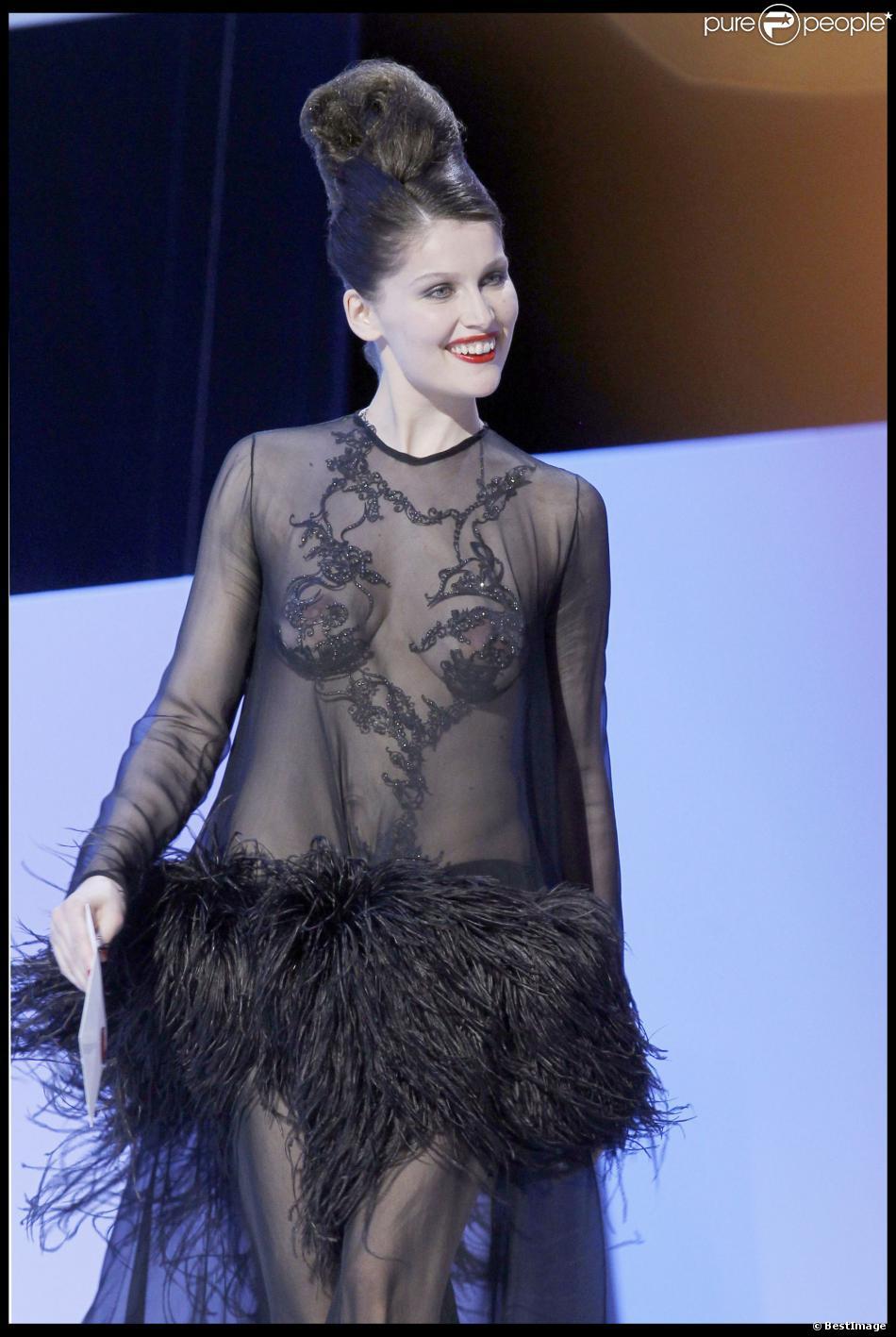 Laetitia Casta portant une création haute-couture Yves Saint Laurent lors de la cérémonie des César le 27 février 2010. Elle était venue remettre le César du meilleur second rôle masculin à Niels Arestrup pour Un prophète.