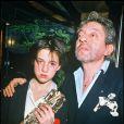 Charlotte Gainsbourg, garçon manqué et touchant, avec son père Serge et son César de meilleur espoir féminin pour L'Effrontée, lors de la cérémonie du 23 février 1986.