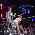 Robin Thicke et Miley Cyrus sur la scène des MTV Movie Awards à New York, le 25 août 2013.