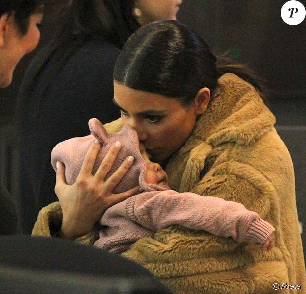 Kim Kardashian couvre sa fille North West de bisous à l'aéroport JFK. New York, le 25 février 2014.