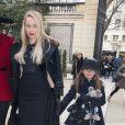 """Mélonie Hennessy et sa fille au défilé de mode """"Alexis Mabille"""", collection prêt-à-porter Automne-Hiver 2014/2015, à Paris. Le 26 février 2014."""