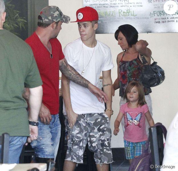 Justin Bieber avec son père Jeremy, la compagne de ce dernier Erin et leurs enfants, Jaxonet Jazmin, le 11 août 2012.