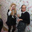 La photographe Adeline Mai (à gauche) lors de la soirée de lancement de la collection Vogue Eyewear x Charlotte Ronson. Paris, le 25 février 2014.