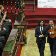 La princesse Letizia d'Espagne, divertie par une petite animation musicale, présidait le 28 février 2014 au Sénat à Madrid une cérémonie à l'occasion de la Journée mondiale des Maladies Rares.