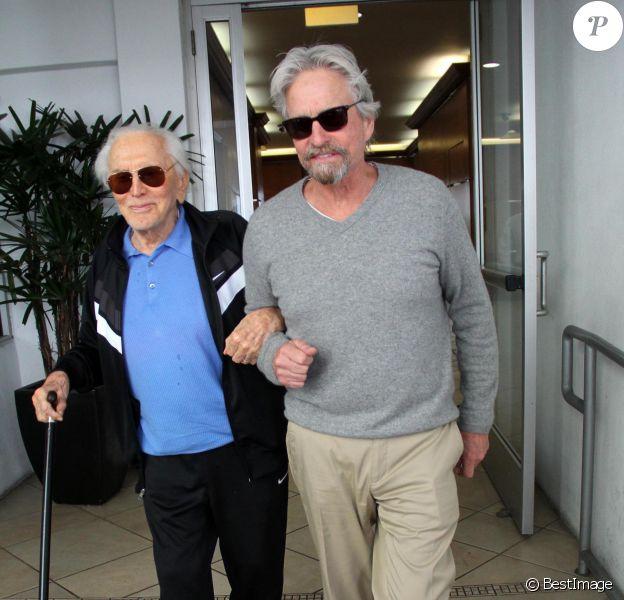 Michael Douglas déjeune avec son père Kirk à Beverly Hills le 25 février 2014.