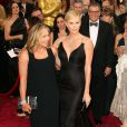 Charlize Theron (habillee en Dior Haute Couture) et sa mère Gerda lors de la 86e cérémonie des Oscars, Los Angeles, le 2 mars.