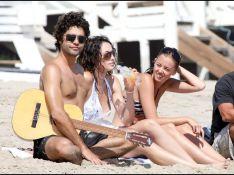 PHOTOS : Adrian Grenier, célibataire mais très bien entouré sur la plage...