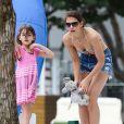 Katie Holmes se relaxe au bord d'une piscine avec sa fille Suri à Miami, le 1er janvier 2014.