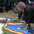 La reine Sofia d'Espagne déposant une couronne lors de la cérémonie organisée à la nécropole royale du domaine Tatoï, au nord d'Athènes, le 6 mars 2014 pour commémorer les 50 ans de la mort du roi Paul Ier de Grèce.