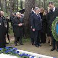 Le prince Felipe d'Espagne recueilli lors de la cérémonie organisée à la nécropole royale du domaine Tatoï, au nord d'Athènes, le 6 mars 2014 pour commémorer les 50 ans de la mort du roi Paul Ier de Grèce.
