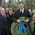 La princesse Letizia et le prince Felipe d'Espagne déposant une couronne lors de la cérémonie organisée à la nécropole royale du domaine Tatoï, au nord d'Athènes, le 6 mars 2014 pour commémorer les 50 ans de la mort du roi Paul Ier de Grèce.