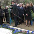 Le prince Felipe, la princesse Letizia et l'infante Elena d'Espagne, le prince Alexandre de Serbie se recueillent lors de la cérémonie organisée à la nécropole royale du domaine Tatoï, au nord d'Athènes, le 6 mars 2014 pour commémorer les 50 ans de la mort du roi Paul Ier de Grèce.