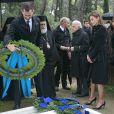 Le prince Felipe déposant une couronne sous le regard de la princesse Letizia d'Espagne et du prince Nikolaos de Grèce lors de la cérémonie organisée à la nécropole royale du domaine Tatoï, au nord d'Athènes, le 6 mars 2014 pour commémorer les 50 ans de la mort du roi Paul Ier de Grèce.