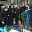 Le prince Felipe, la princesse Letizia et l'infante Elena d'Espagne déposant des couronnes lors de la cérémonie organisée à la nécropole royale du domaine Tatoï, au nord d'Athènes, le 6 mars 2014 pour commémorer les 50 ans de la mort du roi Paul Ier de Grèce.