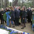 Le prince Felipe, la princesse Letizia, l'infante Elena, la reine Sofia, l'infante Cristina d'Espagne déposant des couronnes lors de la cérémonie organisée à la nécropole royale du domaine Tatoï, au nord d'Athènes, le 6 mars 2014 pour commémorer les 50 ans de la mort du roi Paul Ier de Grèce.