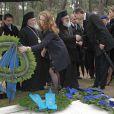 L'infante Elena déposant une couronne lors de la cérémonie organisée à la nécropole royale du domaine Tatoï, au nord d'Athènes, le 6 mars 2014 pour commémorer les 50 ans de la mort du roi Paul Ier de Grèce.