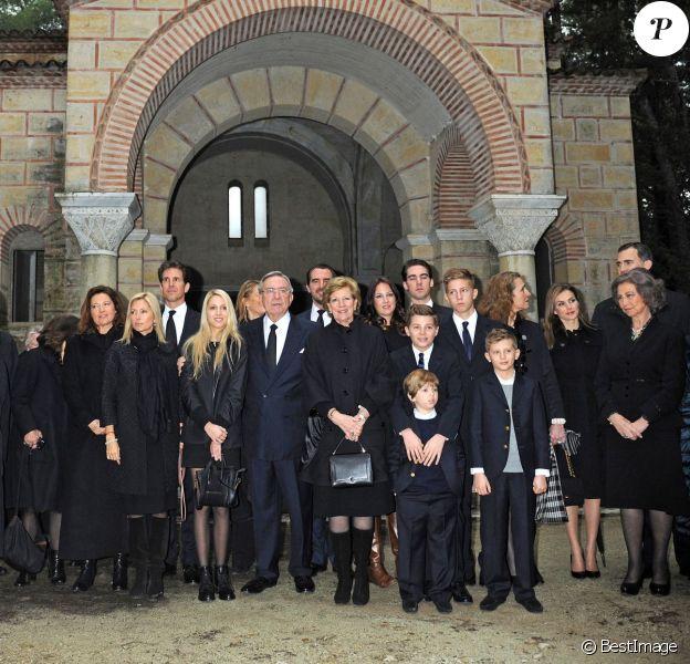 La famille royale grecque rassemblée lors de la cérémonie organisée à la nécropole royale du domaine Tatoï, au nord d'Athènes, le 6 mars 2014 pour commémorer les 50 ans de la mort du roi Paul Ier de Grèce. La princesse Katherine et le prince Alexandre de Serbie, la princesse Alexia, le prince Pavlos, la princesse Marie-Chantal, la princesse María Olympía de Grèce, le roi Constantin, la reine Anne-Marie, les princes Konstantínos, Akhilléas, Odysseas et Aristídis, l'infante Elena d'Espagne, la princesse Letizia, le prince Felipe, la reine Sofia d'Espagne et la princesse Irene de Grèce étaient notamment présents.