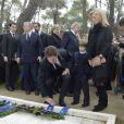 Le prince Pavlos et la princesse Marie-Chantal de Grèce déposant une couronne lors de la cérémonie organisée à la nécropole royale du domaine Tatoï, au nord d'Athènes, le 6 mars 2014 pour commémorer les 50 ans de la mort du roi Paul Ier de Grèce.