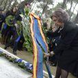 La reine Sofia d'Espagne dépose une couronne à la mémoire de son père lors de la cérémonie organisée à la nécropole royale du domaine Tatoï, au nord d'Athènes, le 6 mars 2014 pour commémorer les 50 ans de la mort du roi Paul Ier de Grèce.