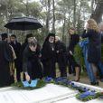 La princesse Letizia, le prince Felipe devant la sépulture lors de la cérémonie organisée à la nécropole royale du domaine Tatoï, au nord d'Athènes, le 6 mars 2014 pour commémorer les 50 ans de la mort du roi Paul Ier de Grèce.