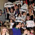 """Les fans de Tal lors de l'avant-première de """"Tal au cinéma"""" au Grand Rex à Paris, le 8 mars 2014."""