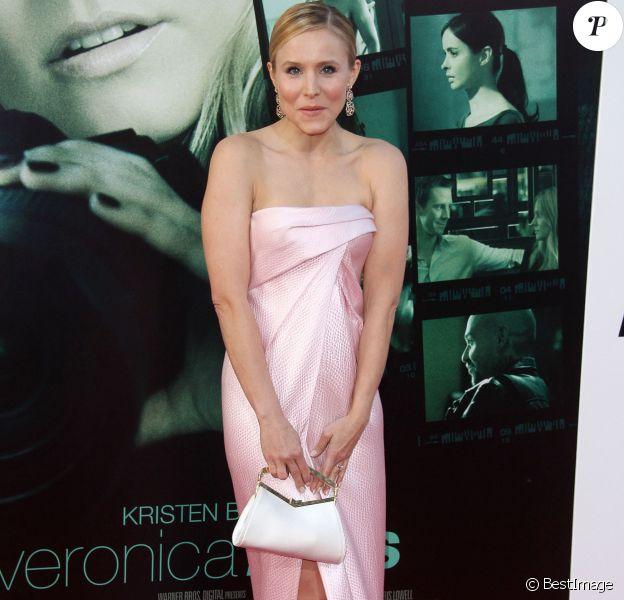 """Kristen Bell lors de l'avant-première du film """"Veronica Mars"""" à Hollywood, le 12 mars 2014 : Oups ! Sa robe s'ouvre et en dévoile un peu trop !"""