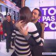 """Karine Le Marchand embrasse Cyril Hanouna dans """"Touche pas à mon poste"""" sur D8, le 13 mars 2014."""