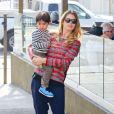 Doutzen Kroes et son fils Phyllon à West Hollywood, le 18 mars 2014.