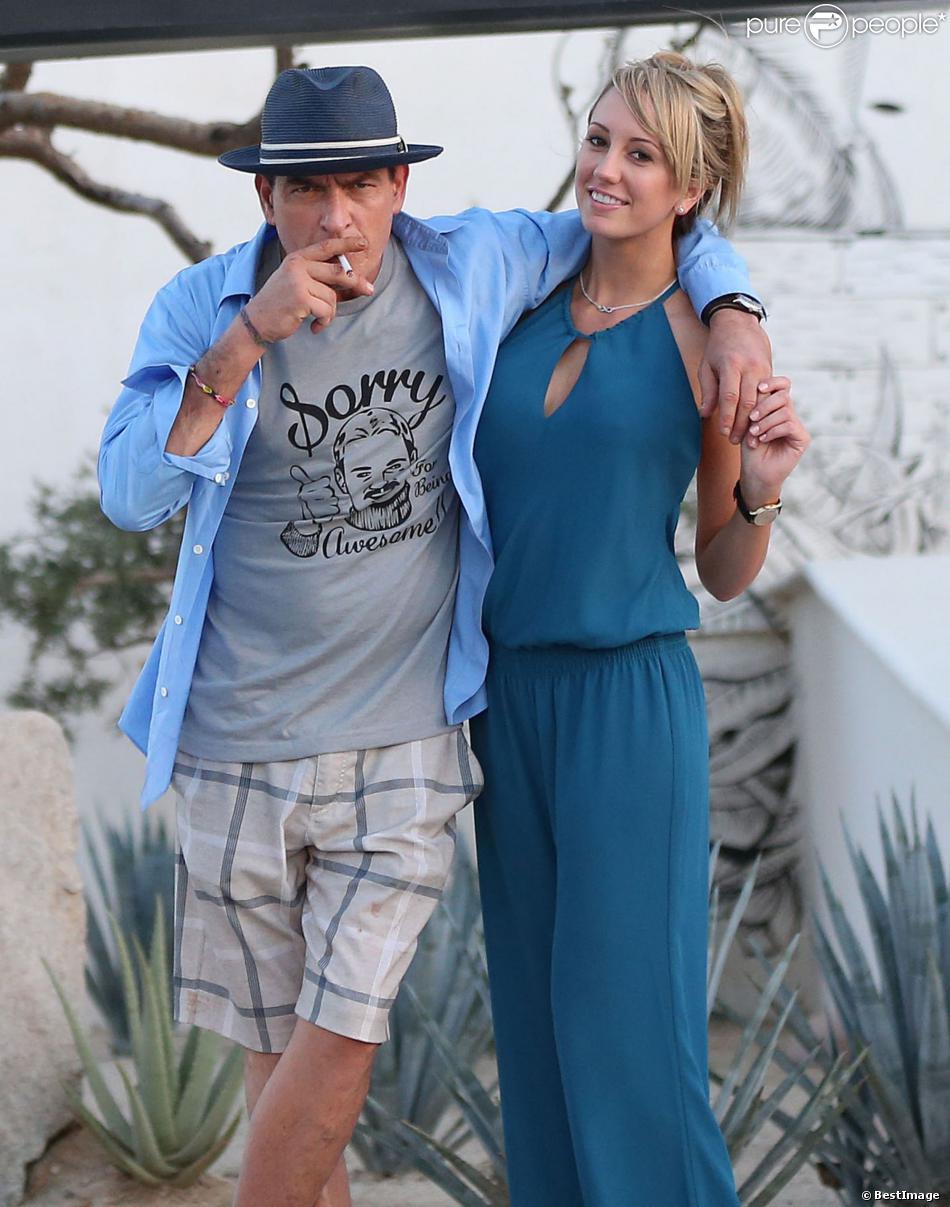 "Semi Exclusif - Charlie Sheen et sa petite amie Brett Rossi, une star du porno, posent devant l'hôtel ""El Ganzo"" à Cabo San Lucas, le 30 novembre 2013."