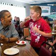 Barack Obama a les crocs ! Lors d'un déjeuner en 2012 chez Kozy Corners à Oak Harbor.