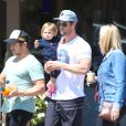 Chris Hemsworth dans les rues de Los Angeles avec sa fille India Rose à Los Angeles, le 27 mars 2014.