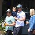 Chris Hemsworth se balade dans les rues de Los Angeles avec sa fille India Rose, le 27 mars 2014.